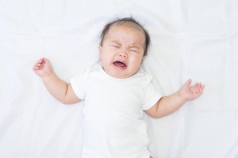 赤ちゃん 背中スイッチ 泣く 日本人