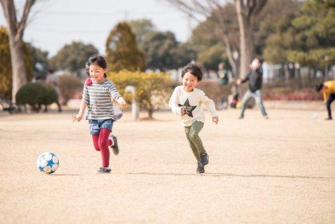サッカー 公園 子供 薄着 日本人