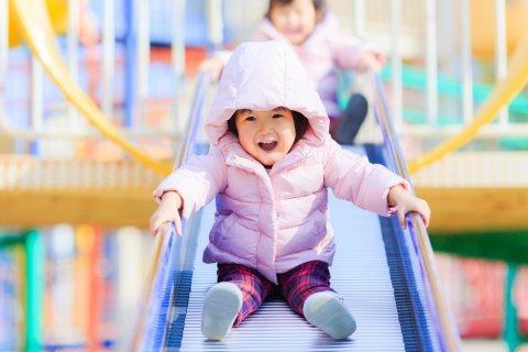 子供 公園 滑り台 日本人