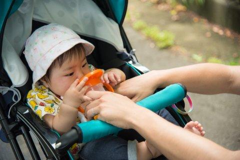 赤ちゃん お出かけ 日本人 飲み物 ベビーカー