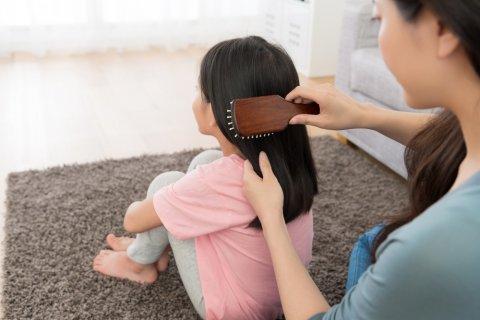くし 髪の毛 女の子 日本人