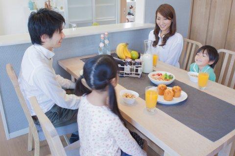4人 家族 食事 日本人