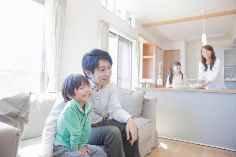 4人 家族 リラックス 日本人