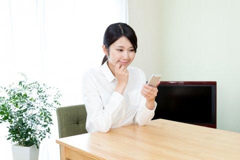 女性 スマホ 調べる 日本人