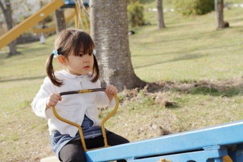 3歳 公園 女の子 シーソー 日本人 子供