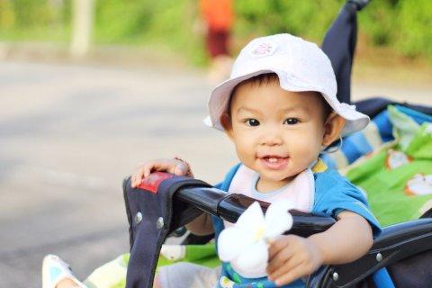 日本人 赤ちゃん 夏 ベビーカー