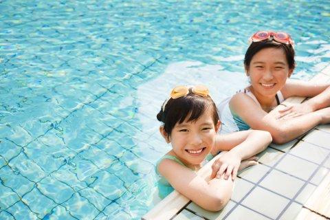 プール 女の子 水着 プールサイド 夏