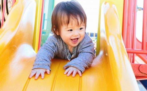 赤ちゃん 子供 滑り台 日本人 公園
