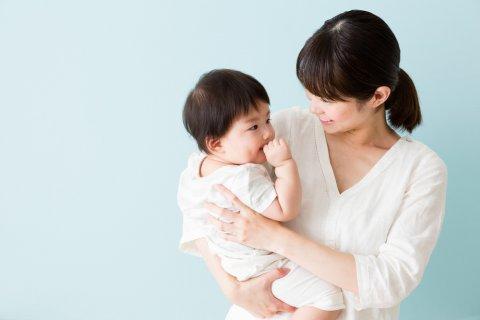 女の子 赤ちゃん ママ 親子 笑顔 抱っこ