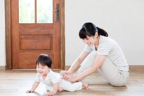 日本人 赤ちゃん はいはい ママ