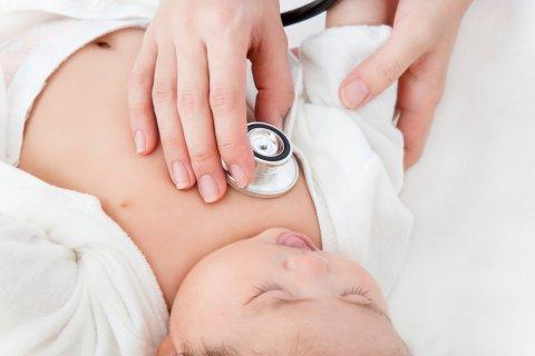日本人 赤ちゃん 1ヶ月検診 聴診器
