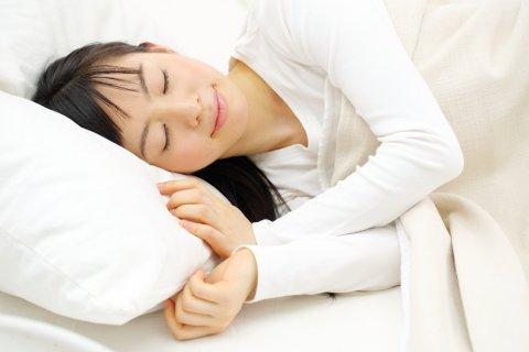 日本人 女性 寝る 休む