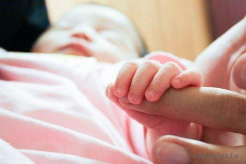 赤ちゃん 健診 指 つかむ