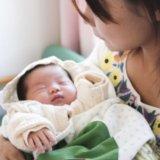 ママ 赤ちゃん 乳児 抱っこ(アイキャッチ)